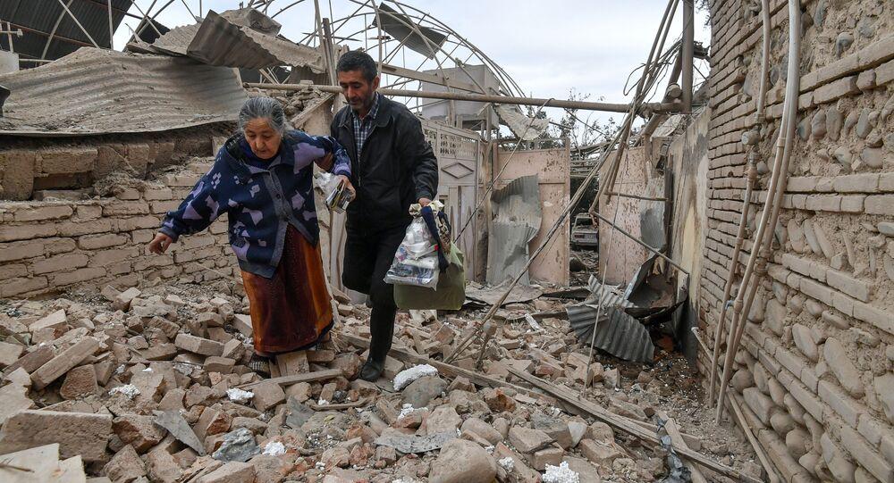 سكان منزل دمره قصف على مدينة كنجه في أذربيجان، في ظل التصعيد العسكري بين أرمينيا وأذربيجان، 4 أكتوبر 2020