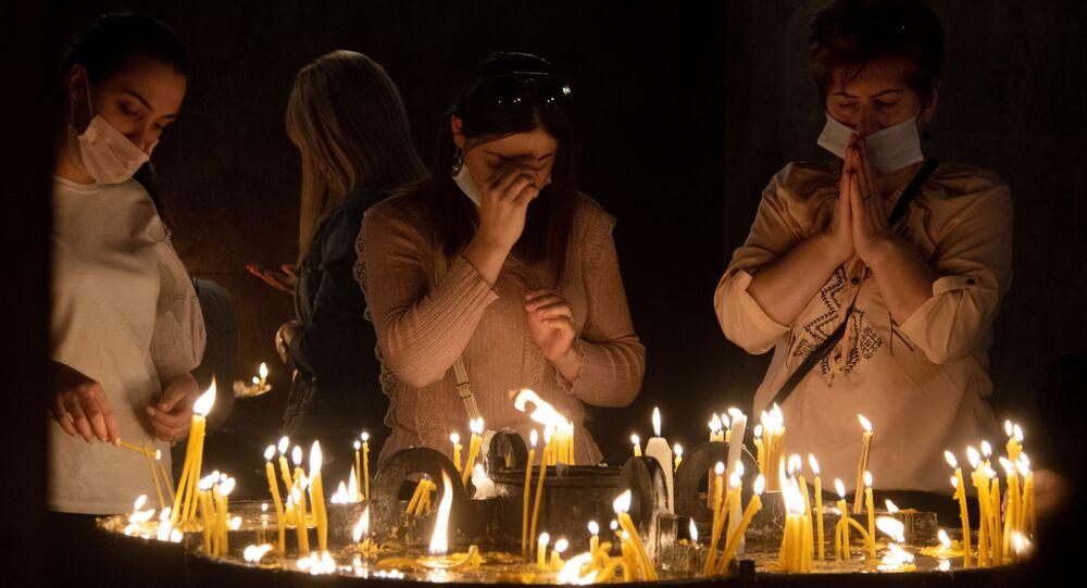 أرمن يؤدون صلاة على مستوى البلاد في كاتدرائية القديس غريغوريوس المنور في يريفان، أرمينيا 3 أكتوبر 2020