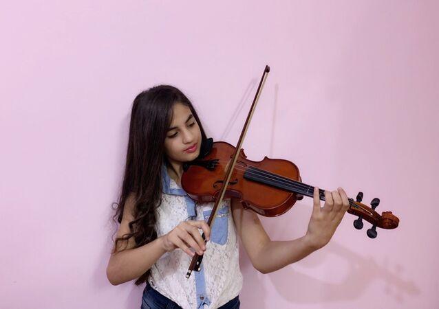 سلمى الناصوري.. طفلة سورية تعزف لحن الأمل على أوتار الكمان