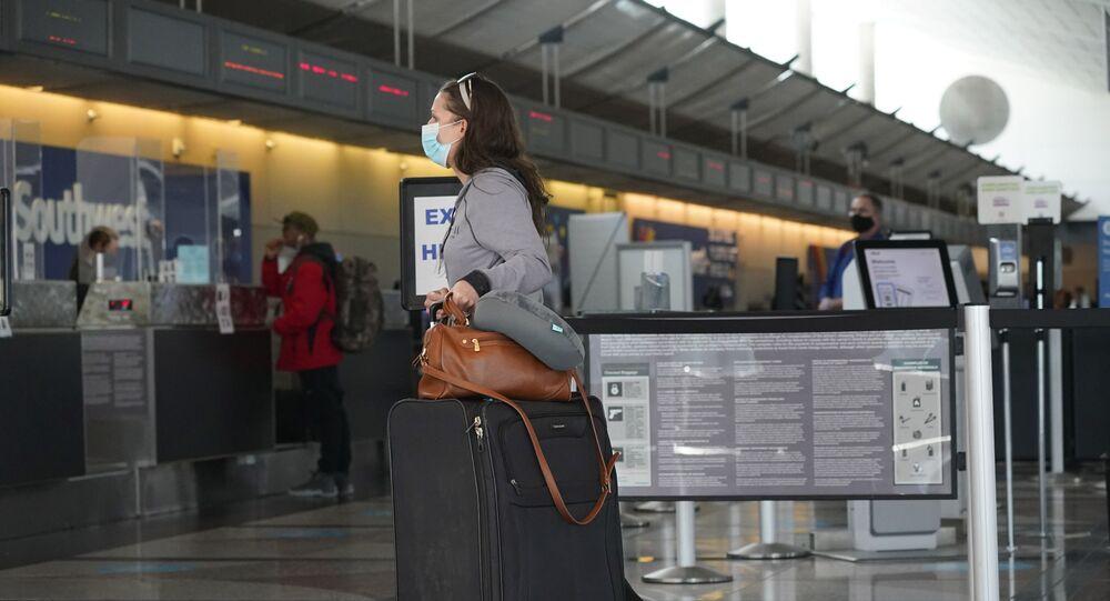 مسافرون  في المطار خلال فترة انتشار فيروس كورونا