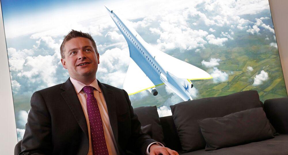 أحد مؤسسي شركة بوم سبرسونس أثنا عرض طائرة بيبي بوم الأسرع من الصوت