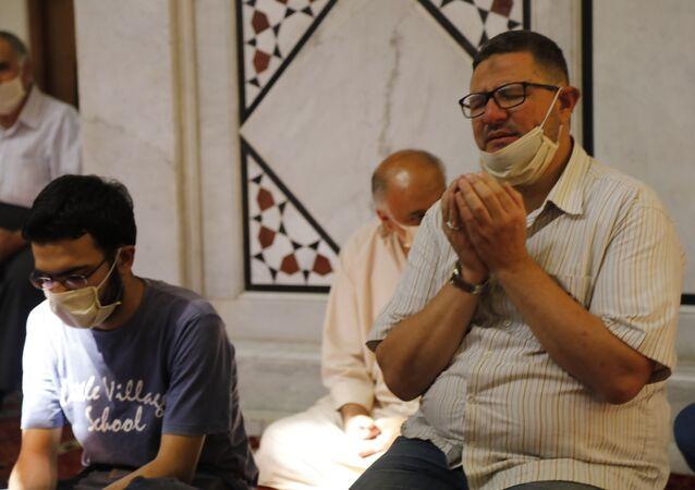 السوريون يتضرعون إلى الله لنزول المطر وإخماد الحرائق