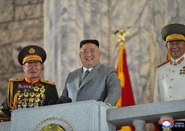 زعيم كوريا الشمالية كيم جونغ أون خلال الاستعراض العسكري الذي أقيم في بيونغ يانغ