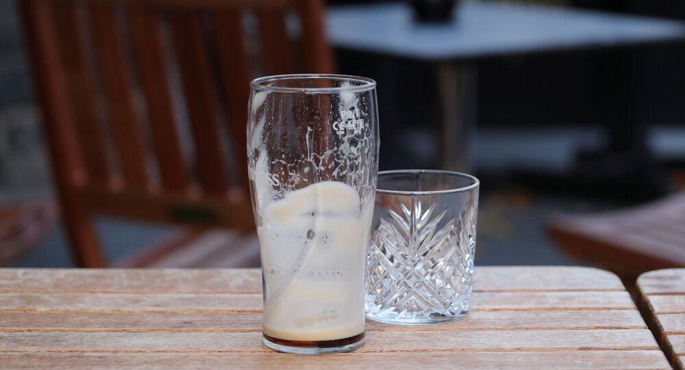 كأس زجاجية في حانة بعد تفشي فيروس كورونا المستجد في أدنبرة ببريطانيا