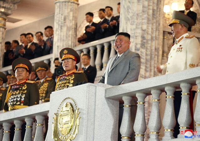 الزعيم الكوري الشمالي كيم جونغ أون مع وفد رسمي مرافق له خلال حفل ذكرى مرور 75 على إنشاء حزب العمال الحاكم