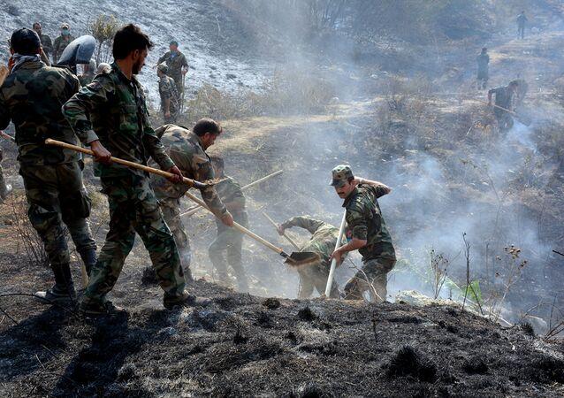 قوات الجيش السوري تساعد طواقم إطفاء الحريق في إخماد حرائق اللاذقية، سوريا 10 أكتوبر 2020