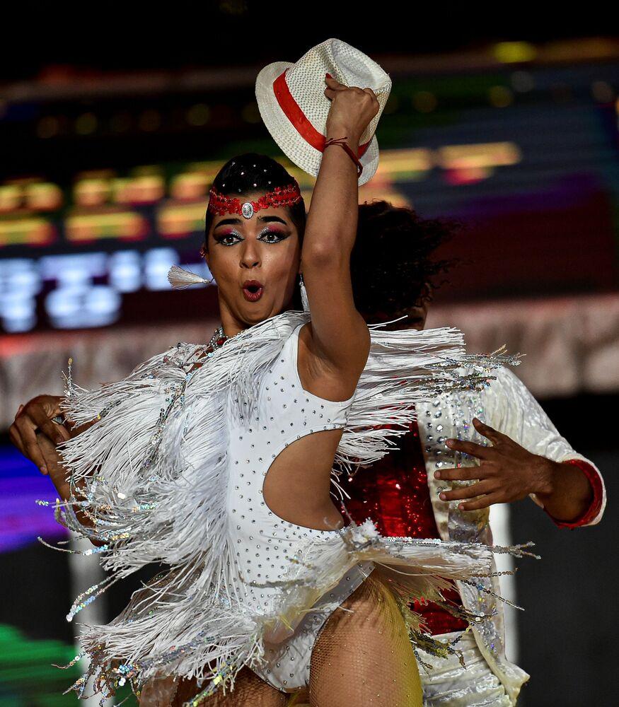 راقصا السالسا الكولومبيان خوان سانتشيز وجوليانا باريتو خلال مهرجان رقص السالسا العالمي بنسخته الـ 15 في مدينة كاليه، كولومبيا 10 أكتوبر 2020