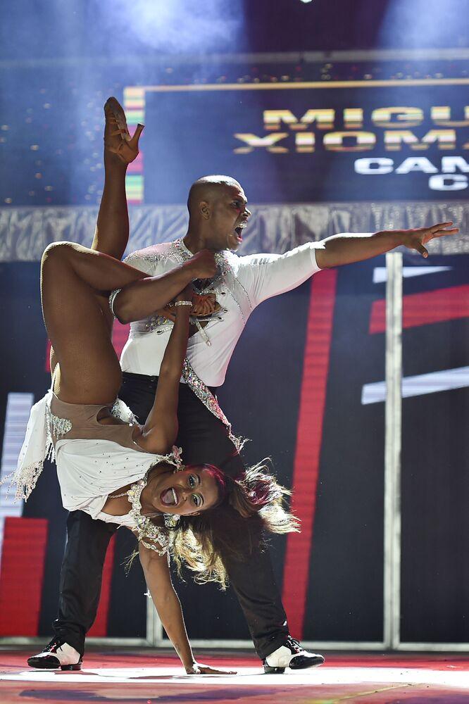 راقصا السالسا الكولومبيان ميغيل فاجاردو (يمين) وشيومارا سيبايوس خلال مهرجان رقص السالسا العالمي بنسخته الـ 15 في مدينة كاليه، كولومبيا 10 أكتوبر 2020
