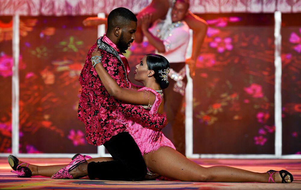 راقصا السالسا الكولومبيان ستيفينز ساريا وإزابيل غونزاليز خلال مهرجان رقص السالسا العالمي بنسخته الـ 15 في مدينة كاليه، كولومبيا 10 أكتوبر 2020