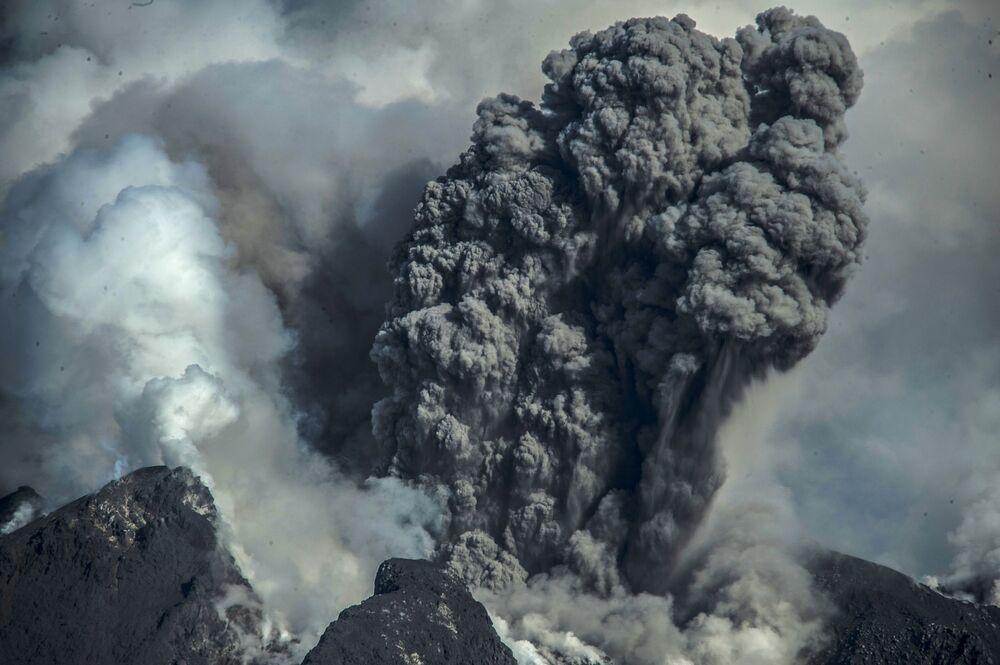 بركان سينابونغ النشط، شمال جزيرة سومطرة، إندونيسيا 23 أغسطس 2020