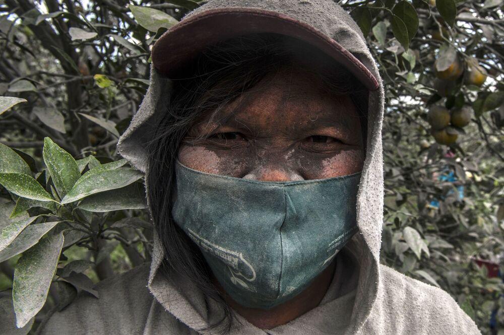 المواطنون الإندونيسيون المقيمون بالقرب من بركان سينابونغ النشط، شمال جزيرة سومطرة، إندونيسيا 20 أغسطس 2020