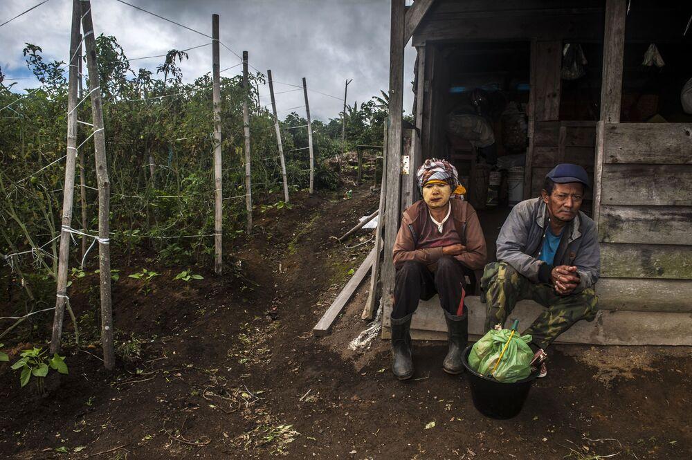 المواطنون الإندونيسيون المقيمون بالقرب من بركان سينابونغ النشط، شمال جزيرة سومطرة، إندونيسيا 18 سبتمبر 2020