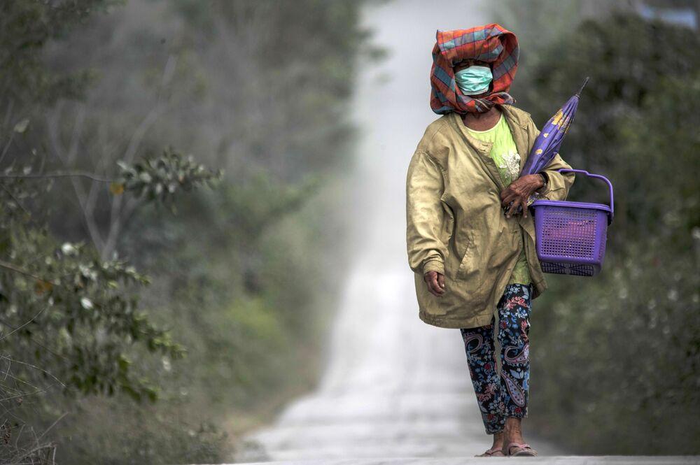 المواطنون الإندونيسيون المقيمون بالقرب من بركان سينابونغ النشط، شمال جزيرة سومطرة، إندونيسيا 8 أغسطس 2020
