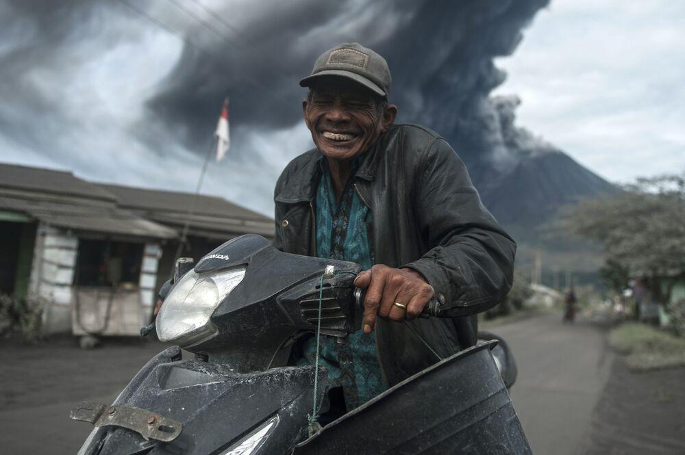 المواطنون الإندونيسيون المقيمون بالقرب من بركان سينابونغ النشط، شمال جزيرة سومطرة، إندونيسيا 14 أغسطس 2020