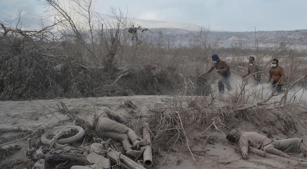 المواطنون الإندونيسيون المقيمون بالقرب من بركان سينابونغ النشط، يبحثون عن ضحايا انفجار البركان في كارو شمال جزيرة سومطرة، إندونيسيا 1فبراير 2014