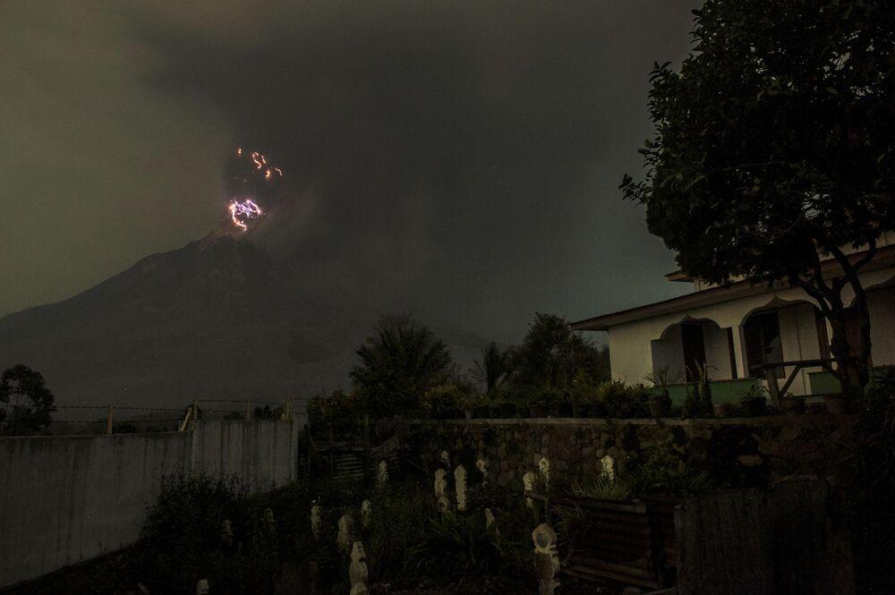 المواطنون الإندونيسيون المقيمون بالقرب من بركان سينابونغ النشط، شمال جزيرة سومطرة، إندونيسيا 18 أغسطس 2020