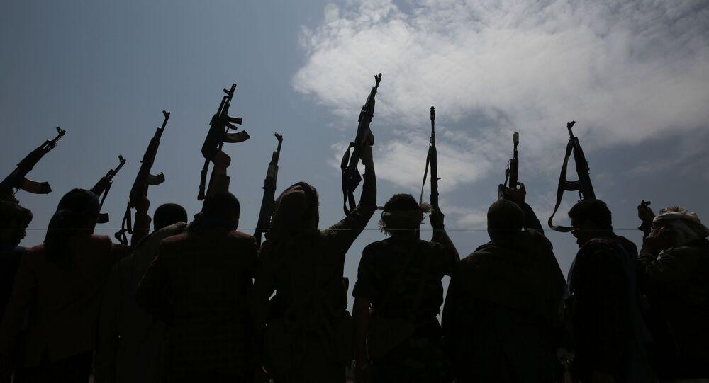 صورة ظلية لرجال القبائل الموالين للحوثيين يرفعون أسلحتهم وهم يهتفون بشعارات خلال تجمع ضد اتفاق إقامة علاقات دبلوماسية بين إسرائيل والإمارات العربية المتحدة في صنعاء