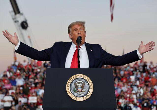 ترامب في تجمع انتخابي له بولاية فلوريدا الأمريكية ووسط حشد من مؤيديه 12 أكتوبر تشرين الأول