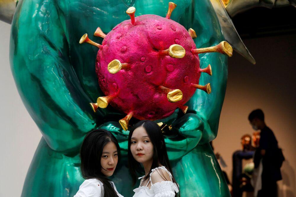 زوار في معرض لمنحوتة لاند جيني (Land Genie) في مدينة هانوي، فيتنام 12 أكتوبر 2020