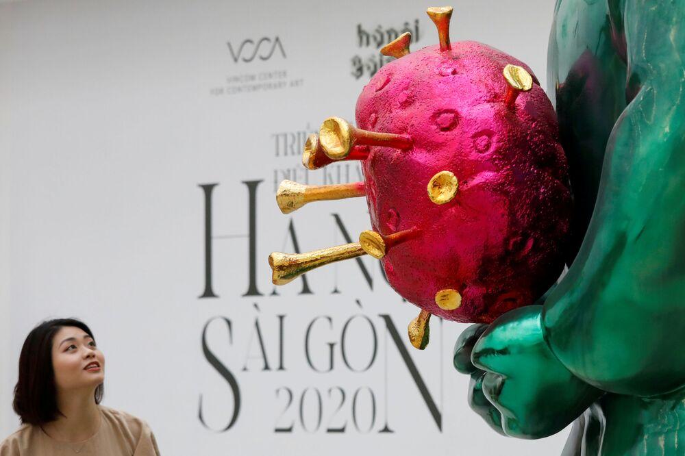 زوار في معرض لمنحوتة لاند جيني (Land Genie) في مدينة هانوي، فيتنام 11 أكتوبر 2020