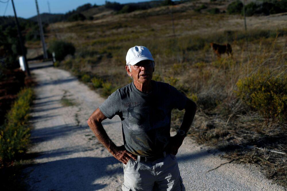 المزارع ريتشارد ألان يقف على أراضي مزرعة الأفوكادو الخاصة به، في منطقة ألغارفي (أو بالعربية: الغرب) بالقرب من لاغوس، البرتغال 5 أكتوبر 2020