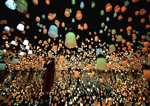 فتاة تلتقط صورة لنموذج رقمي في معرضغابة من المصابيح المنيرة، في متحف موري للفنون الرقمية في مدينة طوكيو، اليابان 14 أكتوبر 2020