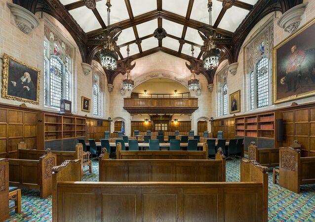 صورة توضح قاعة المحاكمة، في المحكمة العليا البريطانية