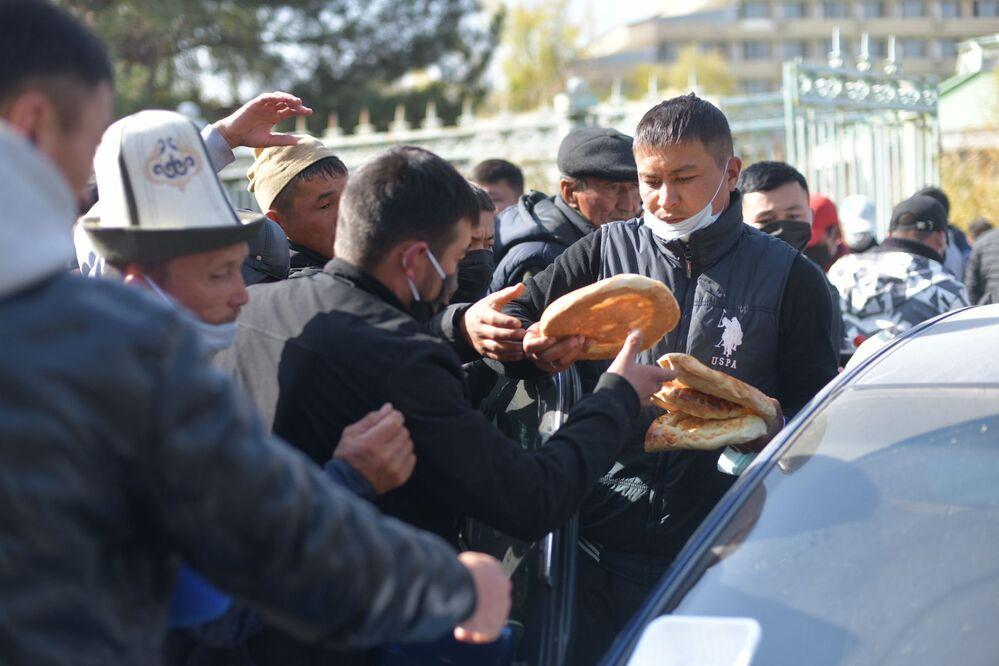 توزيع الخبز على المتظاهرين أمام فندق إسيك - كول في بيشكيك، قيرغيزستان، بيشكيك، 15 كتوبر 2020
