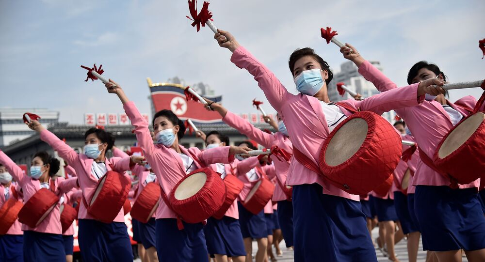 المشاركون في مسيرة بمناسبة بدء حملة 80 يومًا لدعم المؤتمر الثامن القادم لحزب العمال الكوري، الذي سيعقد في يناير/ كانون الثاني 2021، في ساحة كيم إيل سونغ في بيونغ يانغ، كوريا الشمالية 12 أكتوبر 2020.