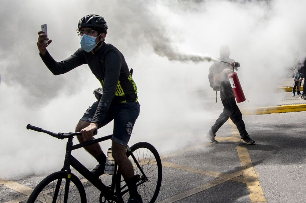 متظاهرون خلال اشتباكات مع شرطة مكافحة الشغب خلال مظاهرة في إطار يوم كولومبوس، وسط مدينة سانتياغو، 12 أكتوبر 2020.