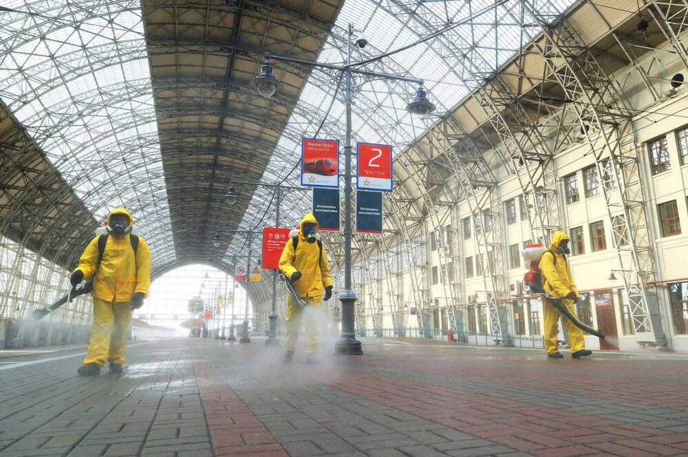 يقوم موظفو وزارة الطوارئ الروسية بتعقيم منصة محطة السكة الحديدية كييفسكايا في موسكو كجزء من تدابير مكافحة انتشار عدوى فيروس كورونا، روسيا 14 أكتوبر 2020