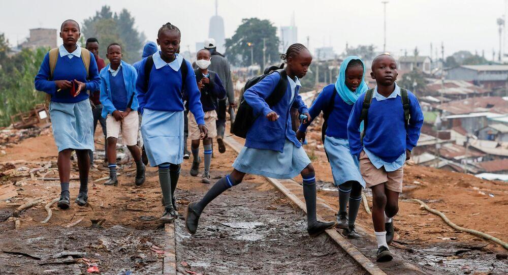 أطفال المدارس يسيرون على طول خط السكة الحديدية بين كينيا وأوغندا وسط إعادة الافتتاح الجزئي للمدارس، بعد أن ألغت الحكومة خططًا لإلغاء العام الدراسي بسبب جائحة فيروس كورونا (كوفيد-19)، في أحياء كيبيرا الفقيرة في نيروبي، كينيا، 12 أكتوبر  2020 .
