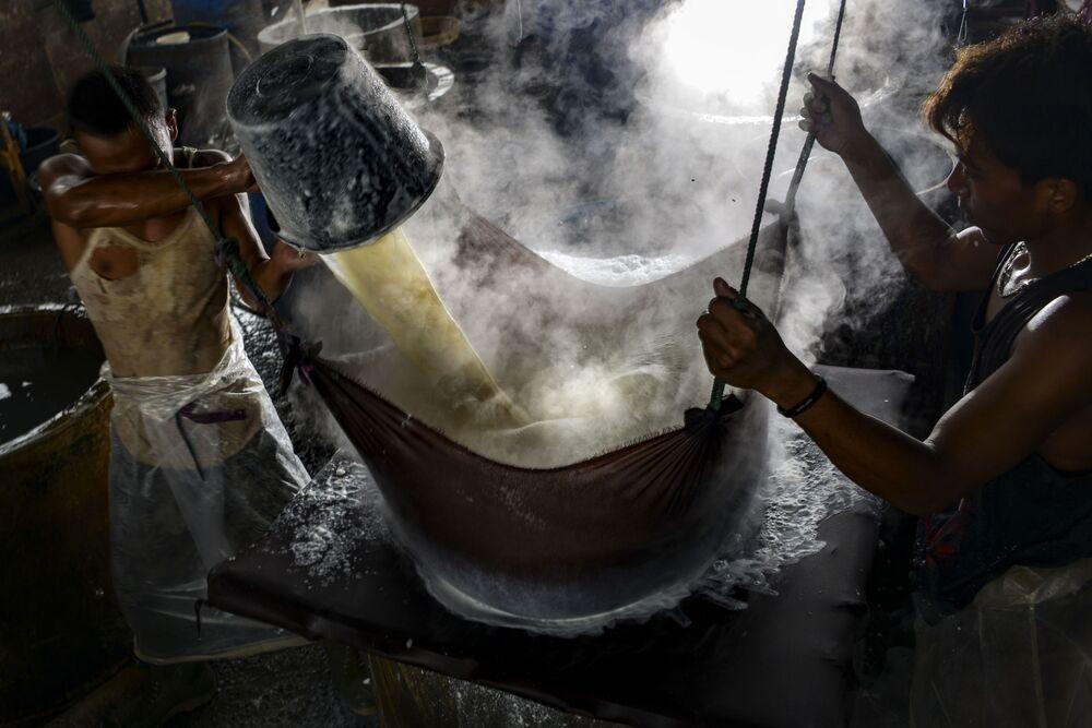 عمال يصنعون التوفو (عبارة عن لبنة) من فول الصويا في مصنع في مدينة باندا آتشيه، إندونيسيا 12 أكتوبر 2020