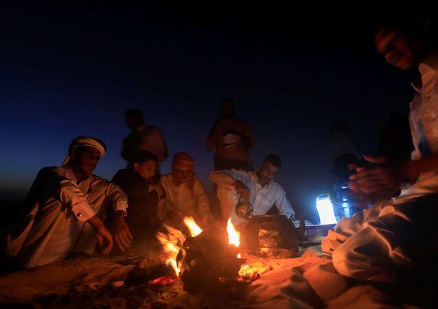بدويون يصنعون الشاي على الحطب في واحة سيوة، صحراء مصر الغربية 15 أكتوبر 2020