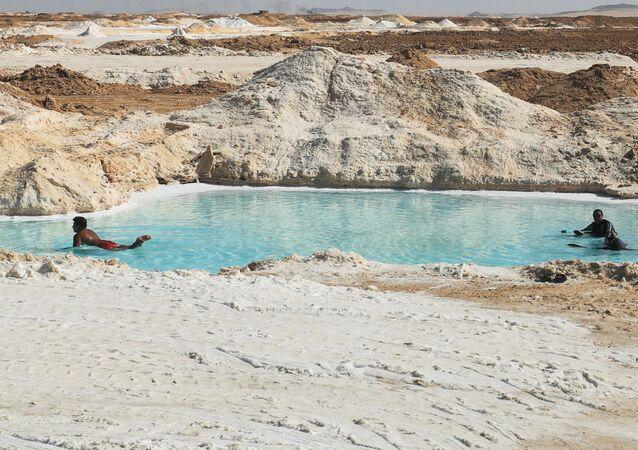 مصريون في بحيرة مالحة في سيوة، صحراء مصر الغربية 15 أكتوبر 2020