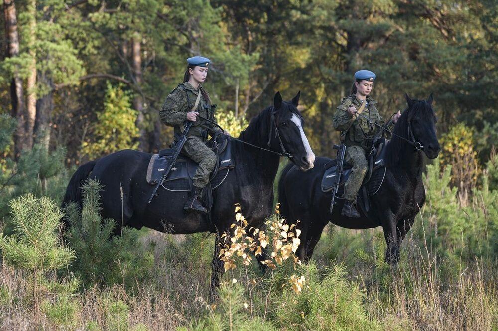 طالبات معهد ريازان للقيادة العليا لقوات الإنزال الجوي (باسم الجنرال ف. ف. مارغيلوف) خلال تدريبات الفروسية، 15 أكتوبر 2020