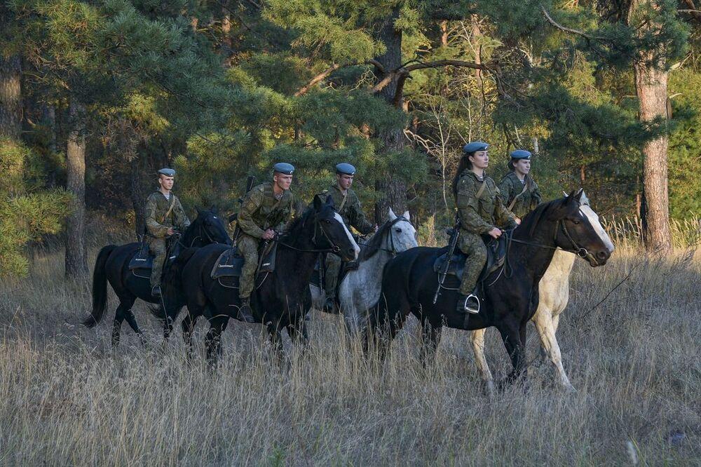 طلاب وطالبات معهد ريازان للقيادة العليا لقوات الإنزال الجوي (باسم الجنرال ف. ف. مارغيلوف) خلال تدريبات الفروسية، 15 أكتوبر 2020