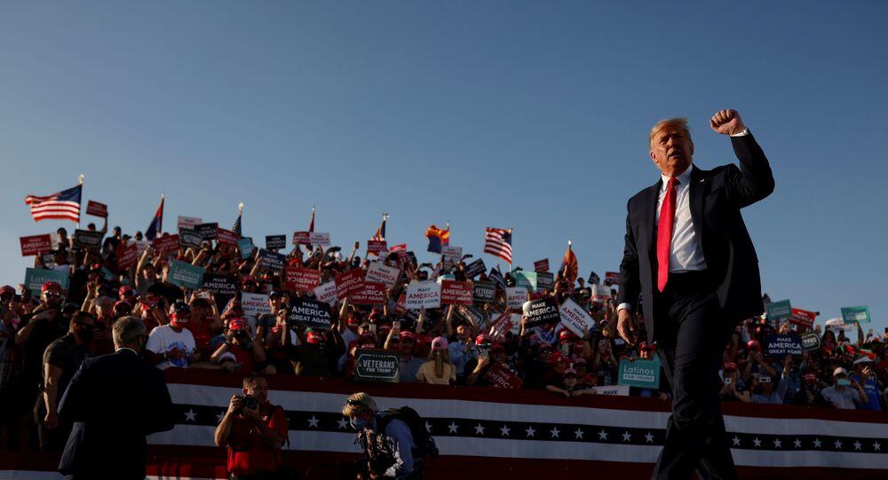 الرئيس الأمريكي دونالد ترامب أثناء إلقاء كلمة في إطار حملته الإنتخابية في مطار توسون الدولي، ولاية أريزونا، الولايات المتحدة، 19 أكتوبر 2020