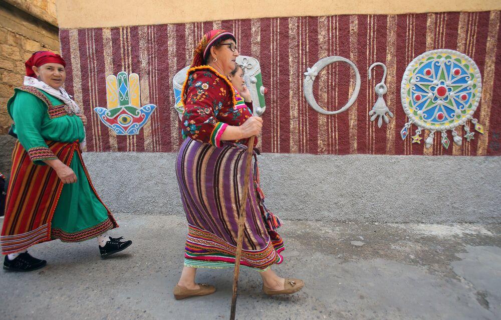 جمهور في بطولة محلية لكرة القدم النسائية بقرية الساحل بمنطقة القبائل البربرية في الجزائر، 16 أكتوبر 2020