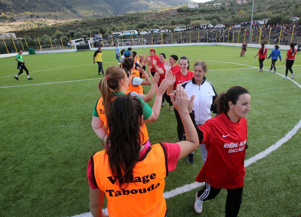 مشاركات في بطولة محلية لكرة القدم النسائية بقرية الساحل بمنطقة القبائل البربرية في الجزائر، 16 أكتوبر 2020