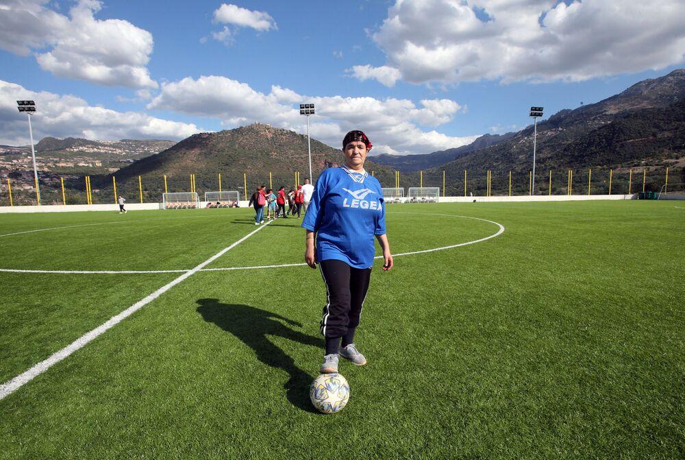 تسعديت، 60 عاما، حارسة مرمى تحتفل بفوز فريقها في بطولة محلية لكرة القدم النسائية بقرية الساحل بمنطقة القبائل البربرية في الجزائر، 16 أكتوبر 2020
