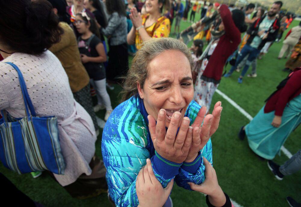 عايدة، 41 عاما، حارسة مرمى تحتفل بفوز فريقها في بطولة محلية لكرة القدم النسائية بقرية الساحل بمنطقة القبائل البربرية في الجزائر، 16 أكتوبر 2020