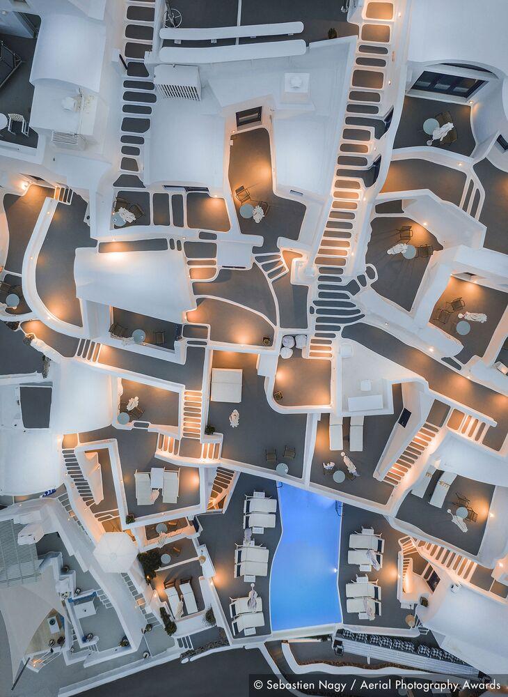 صورة بعنوان اليونان المجردة، للمصور البلجيكي سيباستيان ناغي، الفائزة في مسابقة جوائز التصوير الجوي لعام 2020