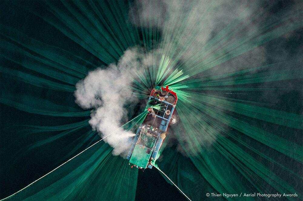 صورة بعنوان صيد سمك الأنشوفة، للمصور الفيتنامي ذيان نغوين، الفائزة في فئة التصوير الناس من مسابقة جوائز التصوير الجوي لعام 2020