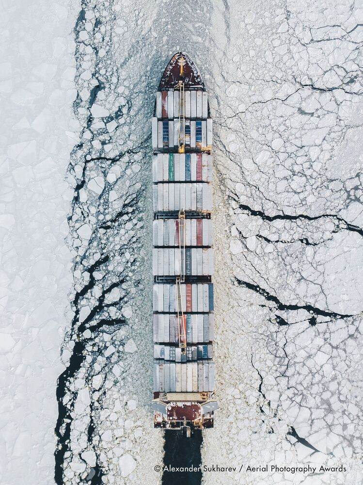 صورة بعنوان الخليج الفنلندي، للمصور الروسي ألكسندر سوخاريف، الفائزة في فئة التصوير النقل من مسابقة جوائز التصوير الجوي لعام 2020