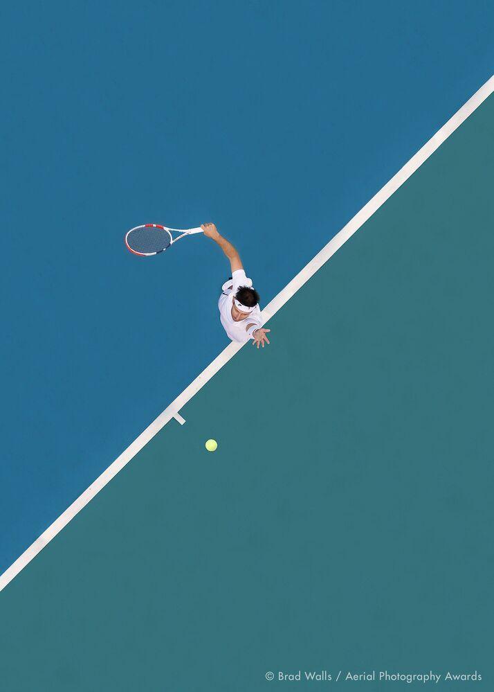 صورة بعنوان الكرة في الأعلى، للمصور الأسترالي براد والز، الفائزة في فئة التصوير الرياضة من مسابقة جوائز التصوير الجوي لعام 2020