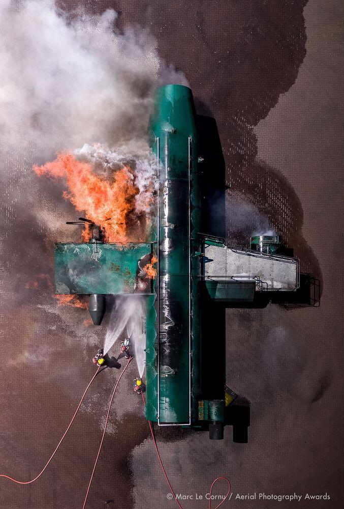 صورة بعنوان الهجوم على النار المشتعلة، للمصور البريطاني مارك لو كورنو، الفائزة في فئة التصوير فيلم وثائقي من مسابقة جوائز التصوير الجوي لعام 2020
