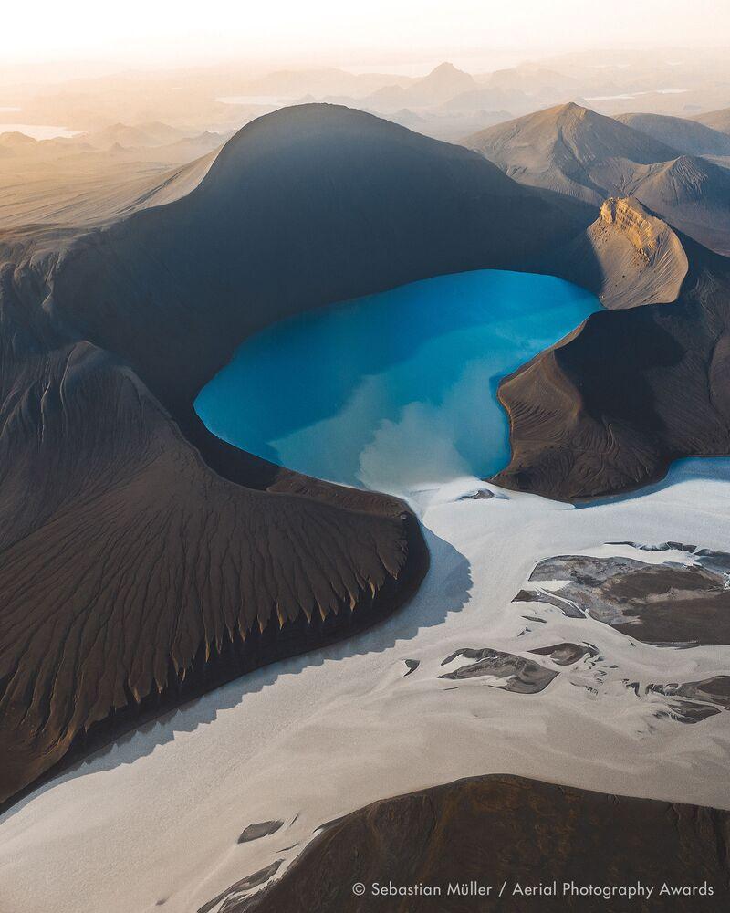 صورة بعنوان سكينغسيفاتن (مرتفعات أيسلندا)، للمصور السويسري سيباستيان موللر، الفائزة في فئة التصوير الطبيعة من مسابقة جوائز التصوير الجوي لعام 2020