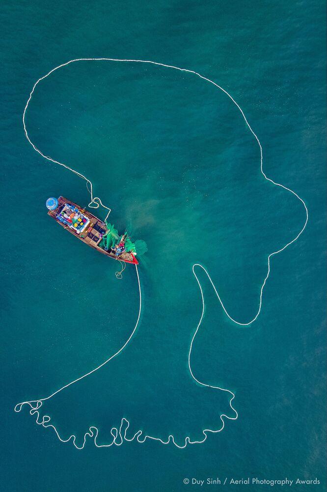 صورة بعنوان سيدة البحر، للمصور الفيتنامي ديوي سينه، الفائزة في فئة التصوير الحياة اليومية من مسابقة جوائز التصوير الجوي لعام 2020