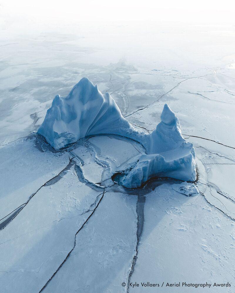 صورة بعنوان جنة القطب الشمالي، للمصور البريطاني كايلي فولايرز، الفائزة في فئة التصوير مناظر مائية من مسابقة جوائز التصوير الجوي لعام 2020